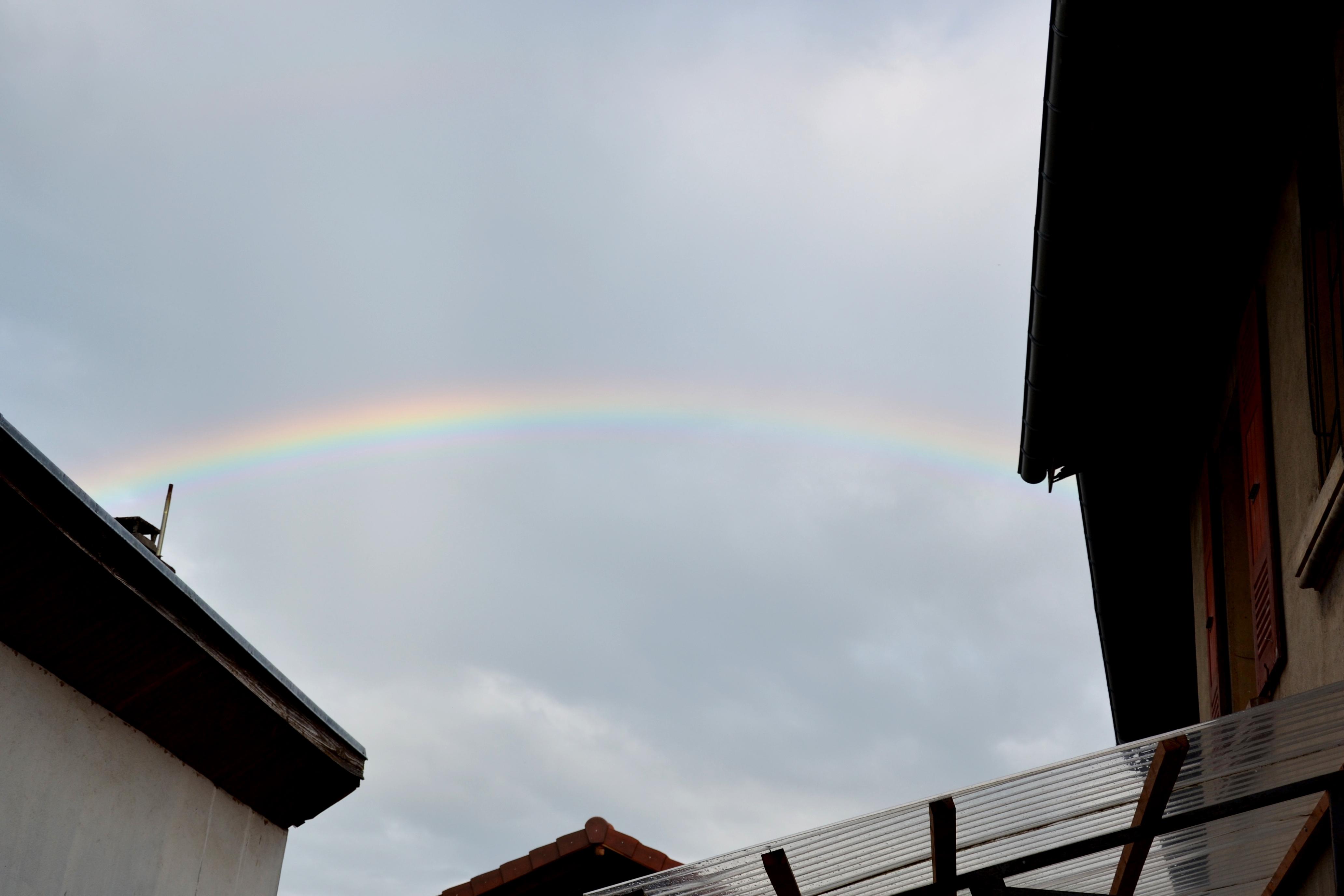 arc en ciel entre 2 maisons
