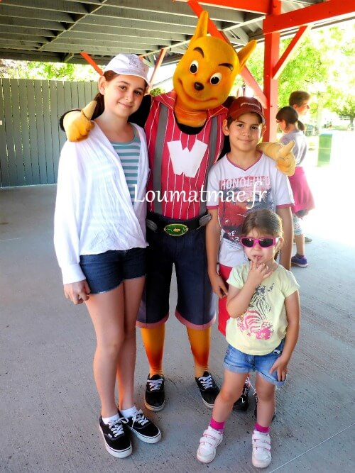 les enfants avec la mascotte walibi