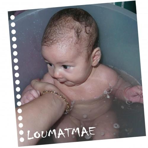 bébé 2 mois dans baignoire shantala