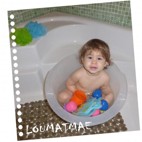 bébé 15 mois dans baignoire shantala