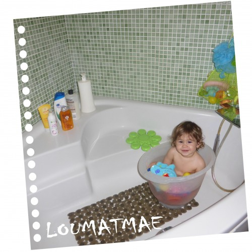 bébé 22 mois dans baignoire shantala