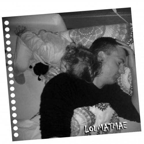 Mouflette qui dort sur la tête de papa