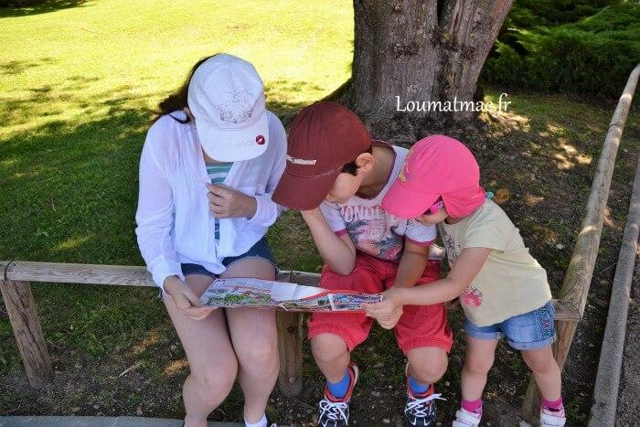 Lecture du plan du parc Walibi Rhône Alpes par les 3 enfants