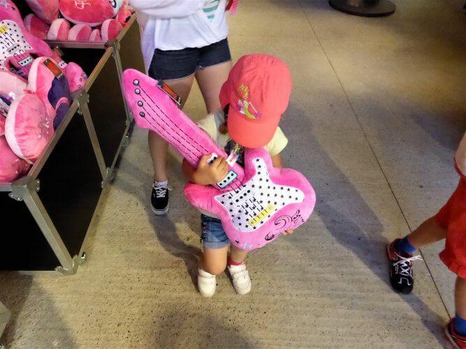 guitare rose Fibi au parc walibi